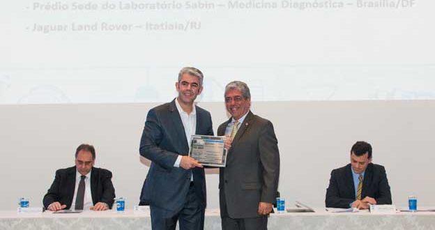 Diretor Geral da Trane no Brasil, Luiz Moura, recebe prêmio Destaques do Ano Smacna Brasil